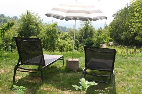 ligstoelen op terras bij het vakantiehuis