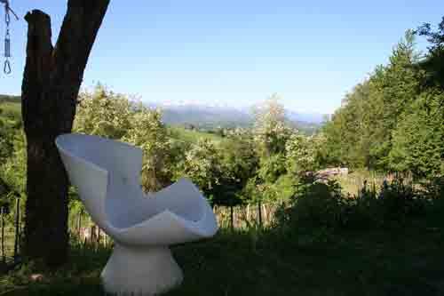 stoel op terras bij vakantiehuis