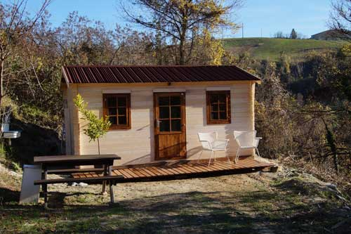 terras bij houten huisje
